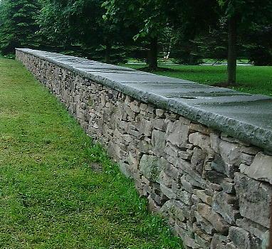 Random Fieldstone Wall with Natural Cleft Rocked Edge Capstone