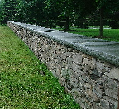 Random Fieldstone Wall with Natural Cleft Rocked Edge Capstone